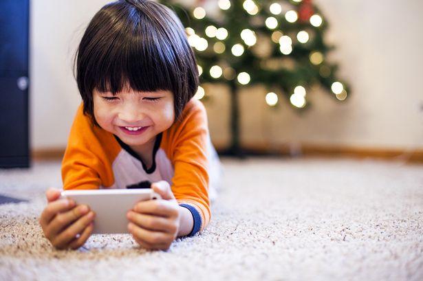 Mengunduh aplikasi sesuai dengan usia anak