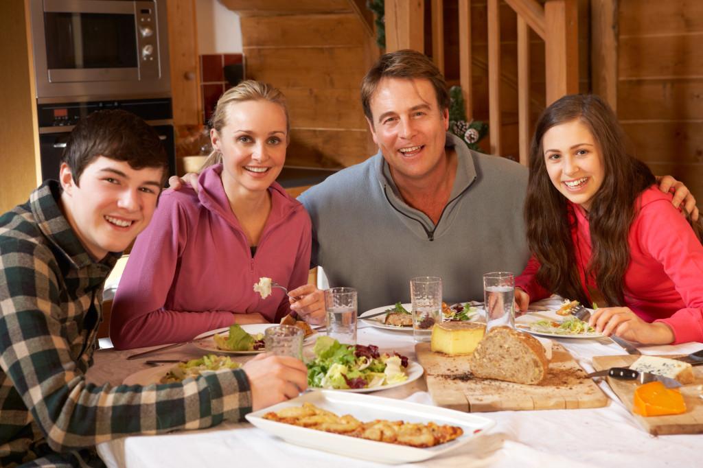 Menjaga Hubungan Baik Dengan Keluarga dan Teman Pacar