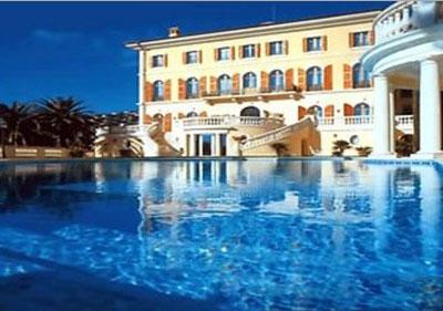 Rumah-Mewah-Dengan-Kolam-Renang-Villa-Leopolda
