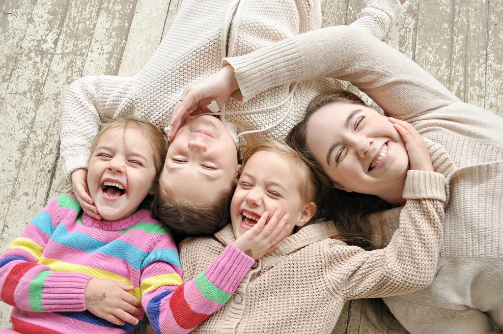 Tertawa bersama keluarga