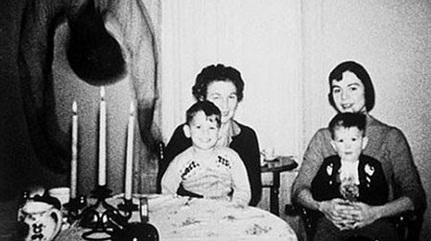 Kejadian Aneh Tapi Nyata Tenteng Foto Keluarga Cooper-Cooper