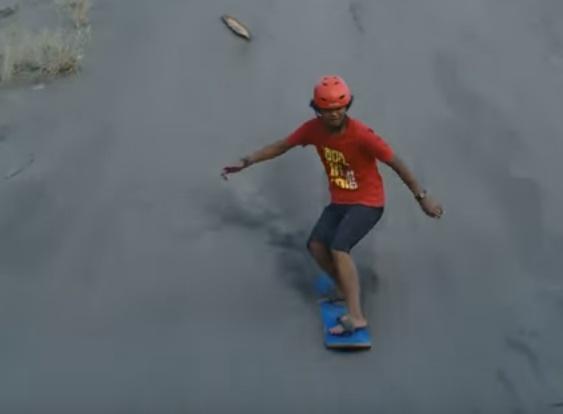 Sandboarding di Gumuk Pasir