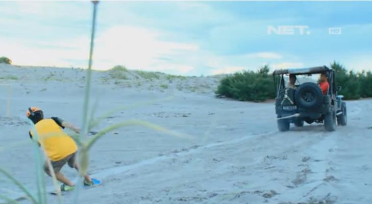 Slider SandBoarding ditarik dengan Mobil Jeep.