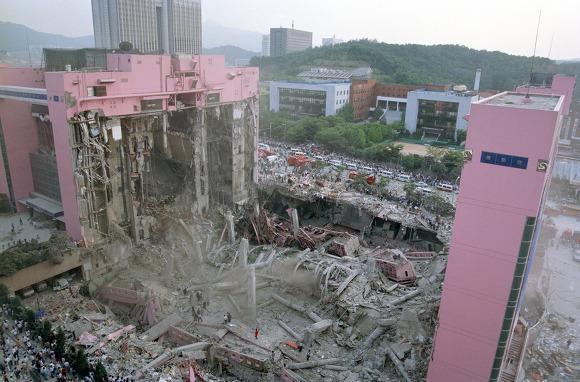 Mesti tampak kokoh, 10 gedung di dunia ini ternyata roboh sendiri