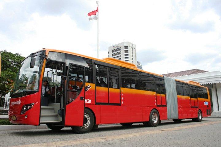 naik bus trans jakarta salah satu cara menikmati keramaian kota Jakarta