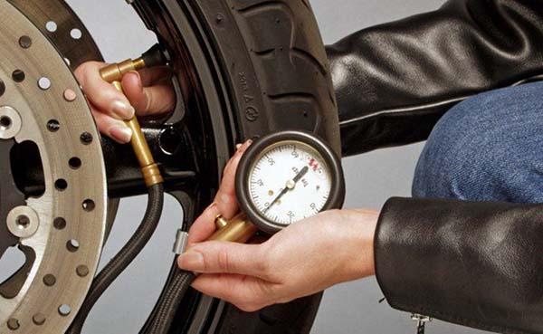 cek tekanan udara dalam ban