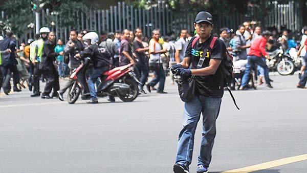 Teroris memegang senjata api