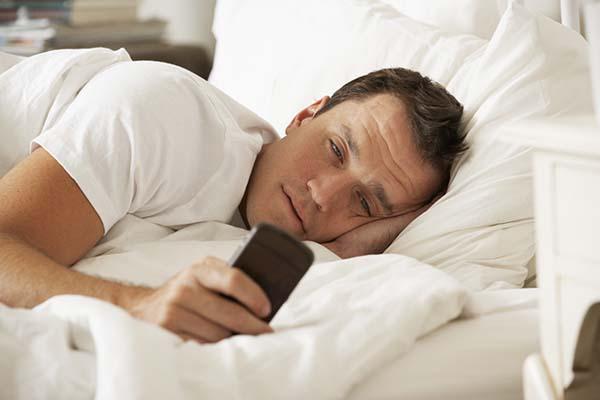 Bermain handphone sebelum tidur