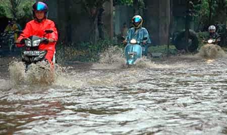 tips-mengendarai-motor-saat-hujan