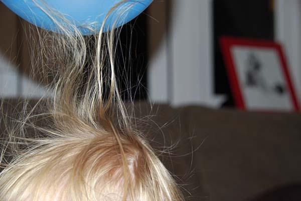 Balon menempel pada rambut