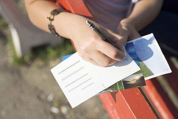 menulis surat atau kartupos