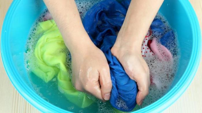 Mencuci baju sendiri