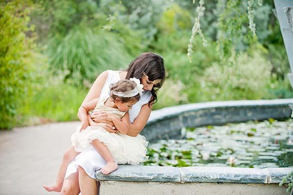 Ibu dan anak melihat kolam