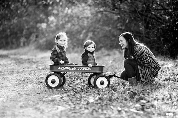 Foto ibu bermain dengan anak