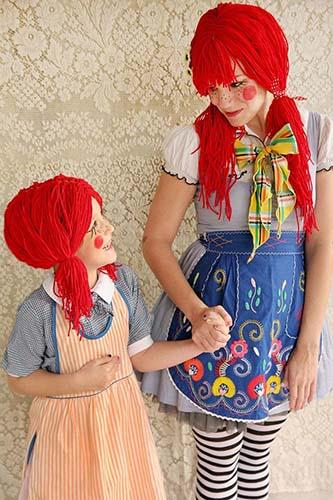 Ibu dan anak memakai kostum