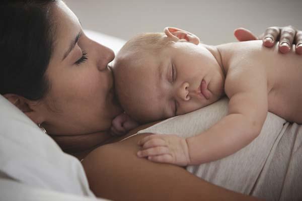 Anak yang tidur dalam pelukan ibu