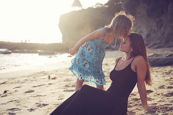 Anak menyium Ibu