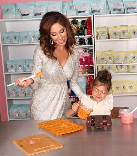 Ibu dan anak membuat kue