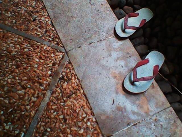 Filosofi sandal jepit selalu siap dipakai